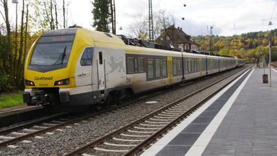 Zug auf Bahnhof Remchingen.
