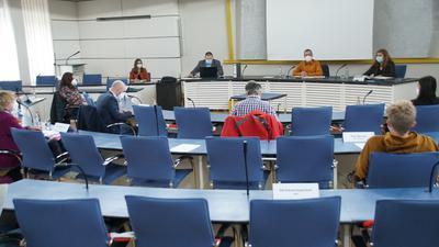 Menschen in einem Sitzungssaal.