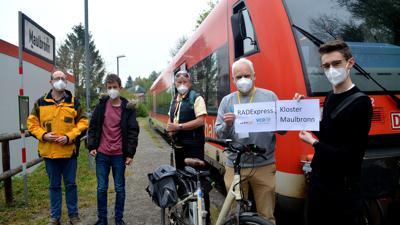 Exklusives Willkommen: VCD-Landesvorsitzender Matthias Lieb (Zweiter von rechts) und Zugbegleiter Marlon Frommer (ganz rechts) begrüßten die ersten Fahrgäste im Radexpress Kloster Maulbronn.