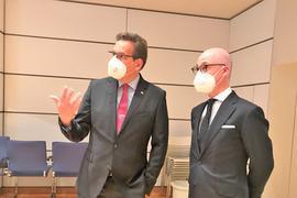 Zwei Gefühlswelten: Erik Schweickert (FDP, links) und Philippe A. Singer (CDU) schauen am Wahlabend im Landratsamt auf die Ergebnisse. Singer legt die Stirn in Falten, Schweickert gestikuliert. Singer hat zwar mehr Stimmen geholt, trotzdem ist Schweickert von beiden der Gewinner.