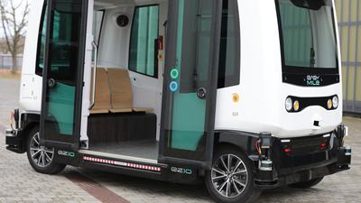 Ein autonomer Shuttlebus des Herstellers Easy Mile, wie er auf Teststrecken in Karlsruhe im Einsatz ist.