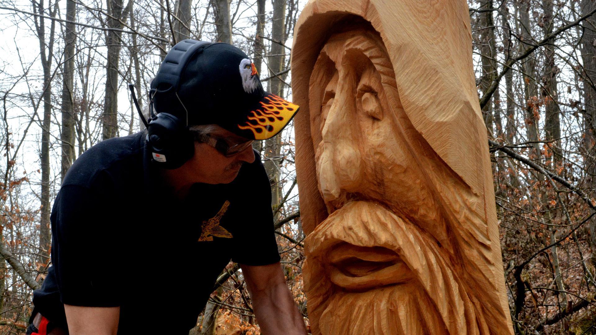 Von der Eule bis zum Waldschrat: Radfahrer legen spontan eine Pause ein und staunen über die mit Kettensägen geschnitzten Skulpturen.