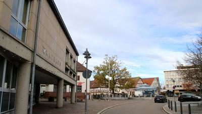 Das Rathaus in Birkenfeld, im Hintergrund der Marktplatz