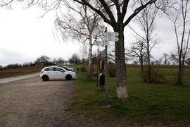 Unter dem Schotter des Ausflugs-Parkplatzes im Obernhäuser Kirschengäu liegt 60 Jahre alter Müll.