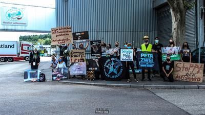 Eine Gruppe demonstriert mit Plakaten vor dem Schlachthaus von Müller Fleisch gegen Tierausbeutung.