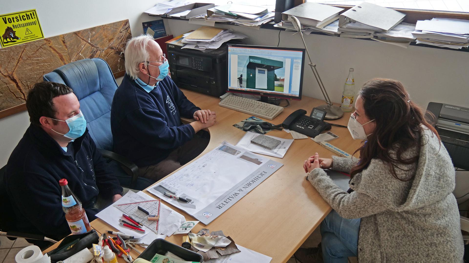 Sie wollen Hofschlachtungen auch im Enzkreis wieder ermöglichen: die Unternehmer Michael und Matthias Jäck (links). Unterstützt werden sie dabei von Marion Mack, Regionalmanagerin der Bio-Musterregion
