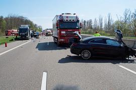 Bei einem schweren Unfall auf der A8 bei Heimsheim ist am Donnerstagvormittag eine Frau gestorben.