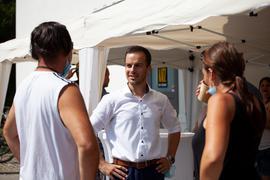 Im Gespräch: Zum Auftakt seines Wahlkampfes hat Sascha-Felipe Hottinger Besucher bei einer Aktion zu einem Kaffee eingeladen und sich mit ihnen über viele Themen ausgetauscht.