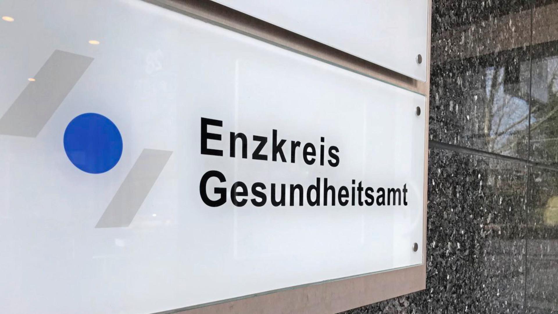 Ein Schild weist auf den Eingang zum Gesundheitsamt Enzkreis hin.
