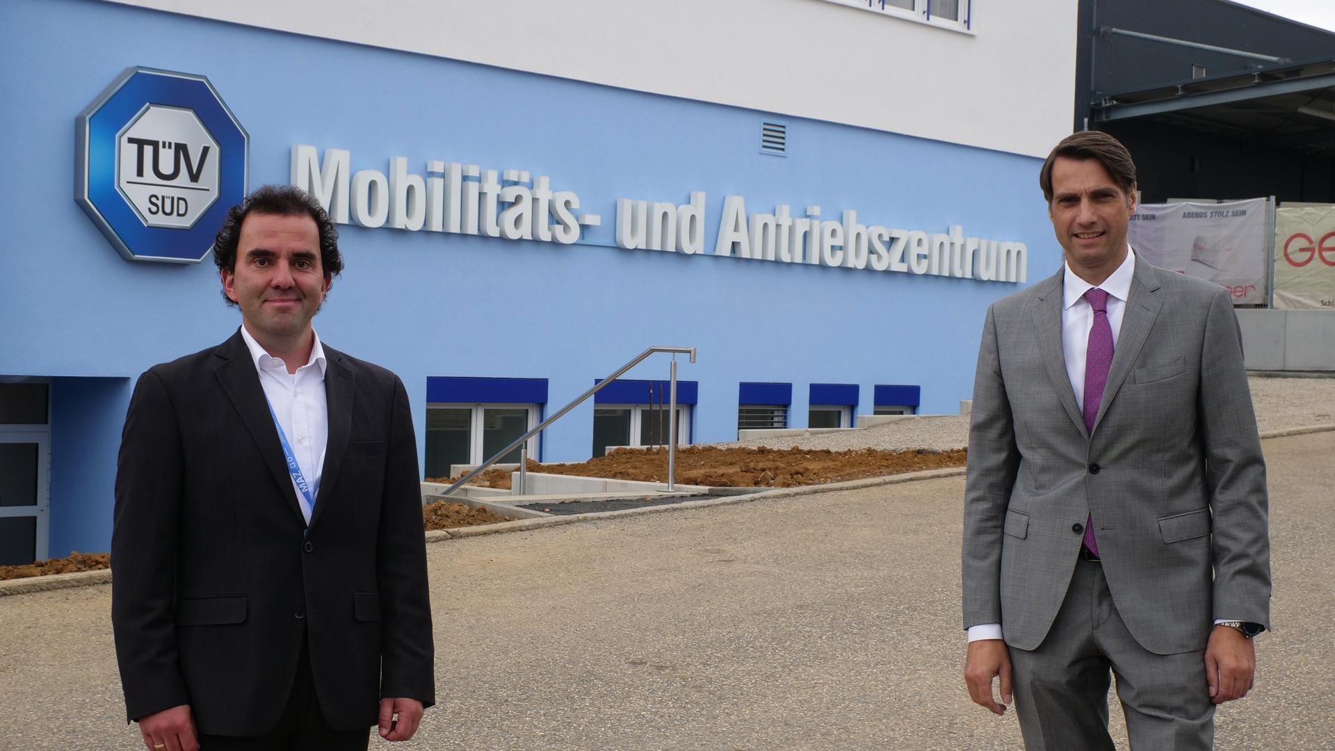Pascal Mast (links) und Patrick Fruth  vor dem neuen TÜV Süd