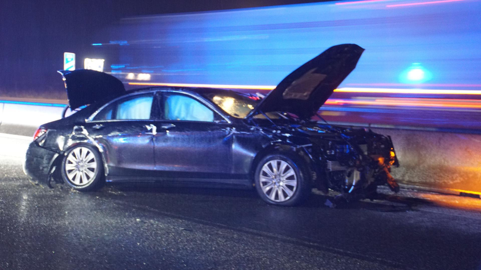 Der Wagen schleuderte über die Fahrbahn und kam auf der linken Spur an der Betonabgrenzung zum Stehen.
