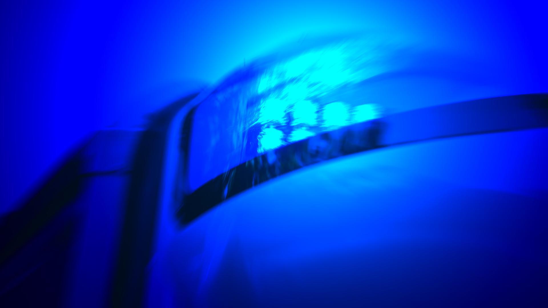 Ein Blaulicht eines Einsatzfahrzeugs der Polizei.
