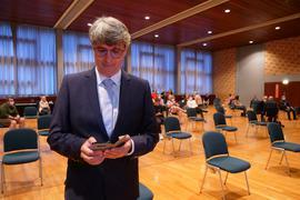 Armin Pioch weiß schon lange vor der Verkündung des Ergebnisses, dass er den ersten Wahlgang gewonnen, aber nicht die absolute Mehrheit geholt hat