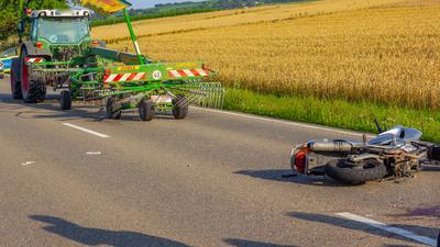 Am Mittwochabend ist ein junger Kradfahrer bei einem missglückten Überholmanöver auf der B 35 bei Illingen schwer verletzt worden.