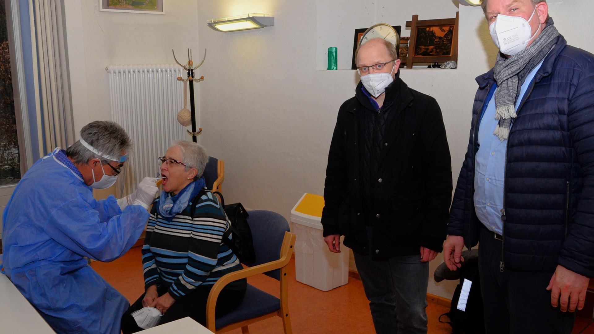 Ingrid Wagner wurde als erste von Dr. Klaus Keller (links) getestet. Bei der Eröffnung des Ispringer Test-Zentrum waren auch Bürgermeister Thomas Zeilmeier und Hauptamtsleiter Thomas Ruppender (von rechts) dabei.