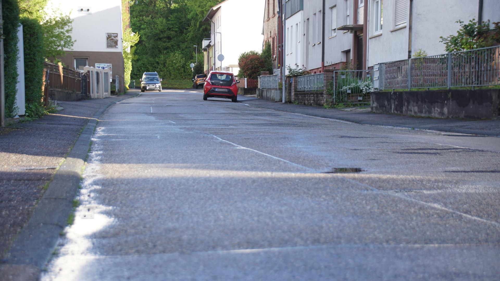 Nun also doch nicht: Die Sanierung des Asphalts in der Wilferdinger Straße in Ersingen wird vorerst zurückgestellt.