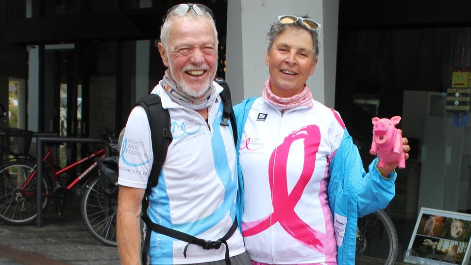 Doris und Reinhard Kappes vor dem Pforzheimer Rathaus