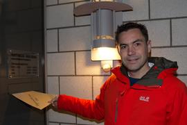 Kurz nach fünf Uhr morgens, nach Ende der Ausgangssperre, hat Amtsinhaber Steffen Bochinger seine Bewerbungsunterlagen in den Briefkasten des Rathauses Ellmendingen eingeworfen.