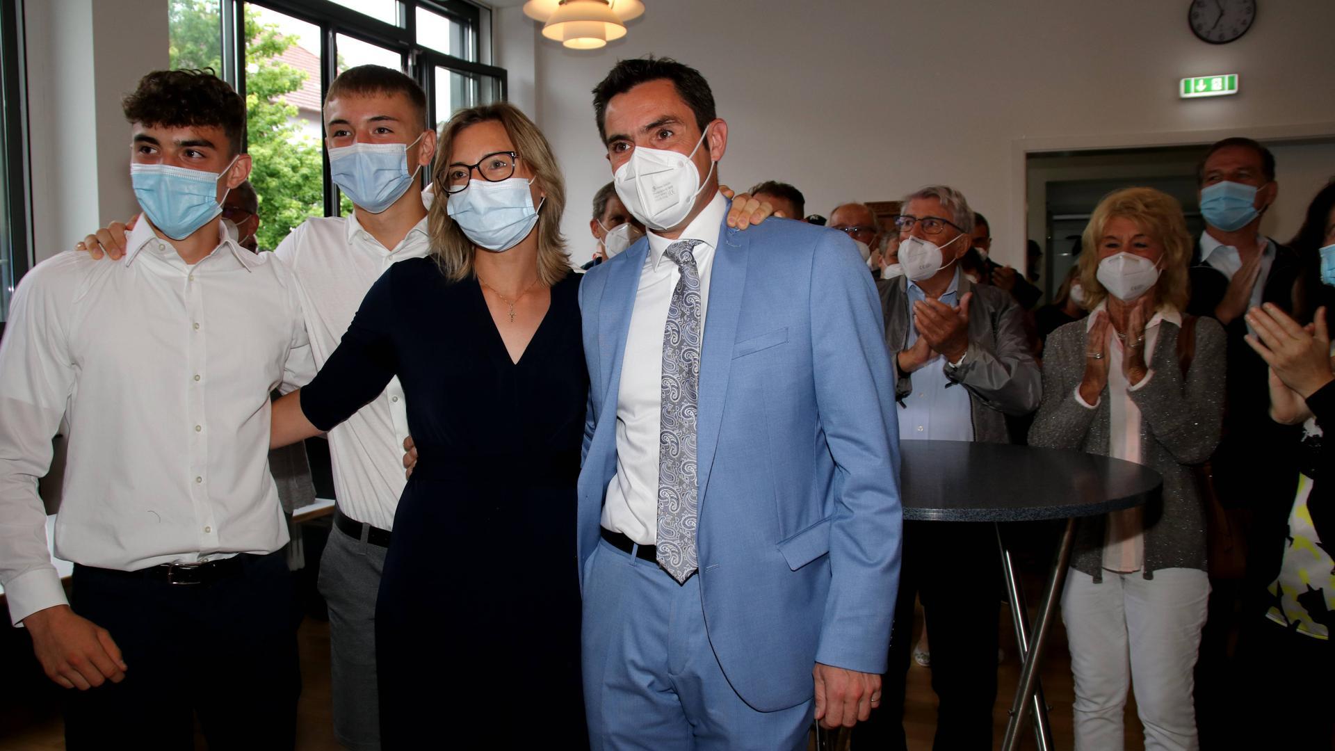 Erleichterung und Freude nach dem Wahlsieg: Als feststand, dass Steffen Bochinger mit fast 60 Prozent wieder zum Bürgermeister von Keltern gewählt wurde, feierte er mit seiner Frau Sandra und seinen beiden Söhnen Patrice (links) und Silas – zunächst im Rathaus, dann zuhause in Stein.