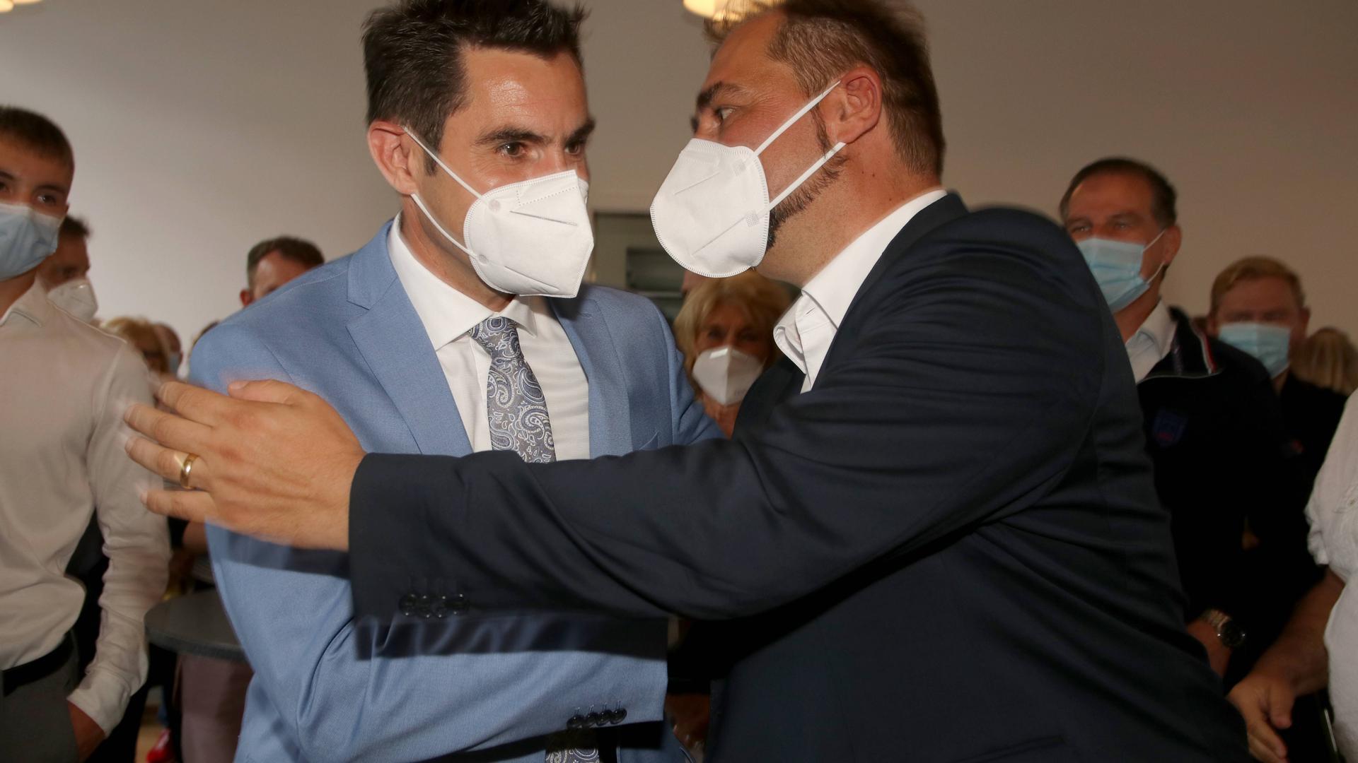 Glückwunsch nach klarem Sieg: Mitbewerber Dominique Roller gratuliert Wahlgewinner Steffen Bochinger (links), der sich bei der Bürgermeisterwahl in Keltern im ersten Wahlgang durchgesetzt hat.