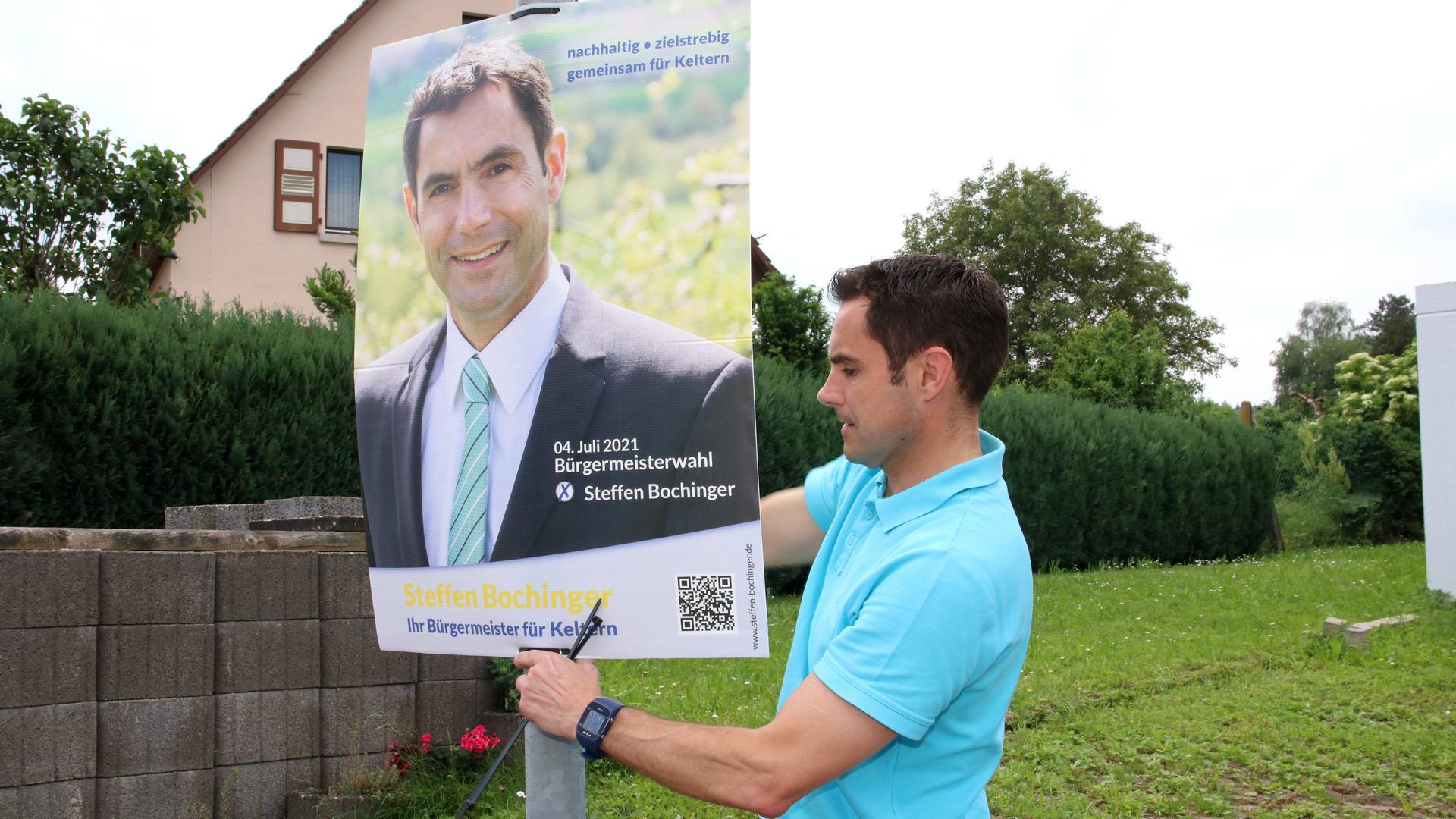 Startet seinen Wahlkampf: Kelterns Bürgermeister Steffen Bochinger hat zum Auftakt am Mittwoch Wahlplakate aufgehängt – hier in Dietenhausen.