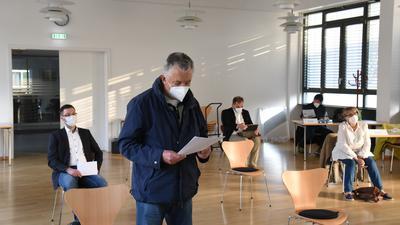 Der stellvertretende Sprecher des Gemeinde Leitbild Beirats Roland Schultner verkündete den Rückzug der Bürgervertreter.