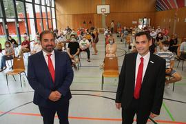 Die heiße Wahlkampfphase hat begonnen: Die Vorstellungsrunde im Kelterner Ortsteil Weiler mit Amtsinhaber Steffen Bochinger (rechts) und Herausforderer Dominique Roller in Weiler war am Montagabend aber sachlich. Der dritte Kandidat Samuel Speitelsbach fehlte.