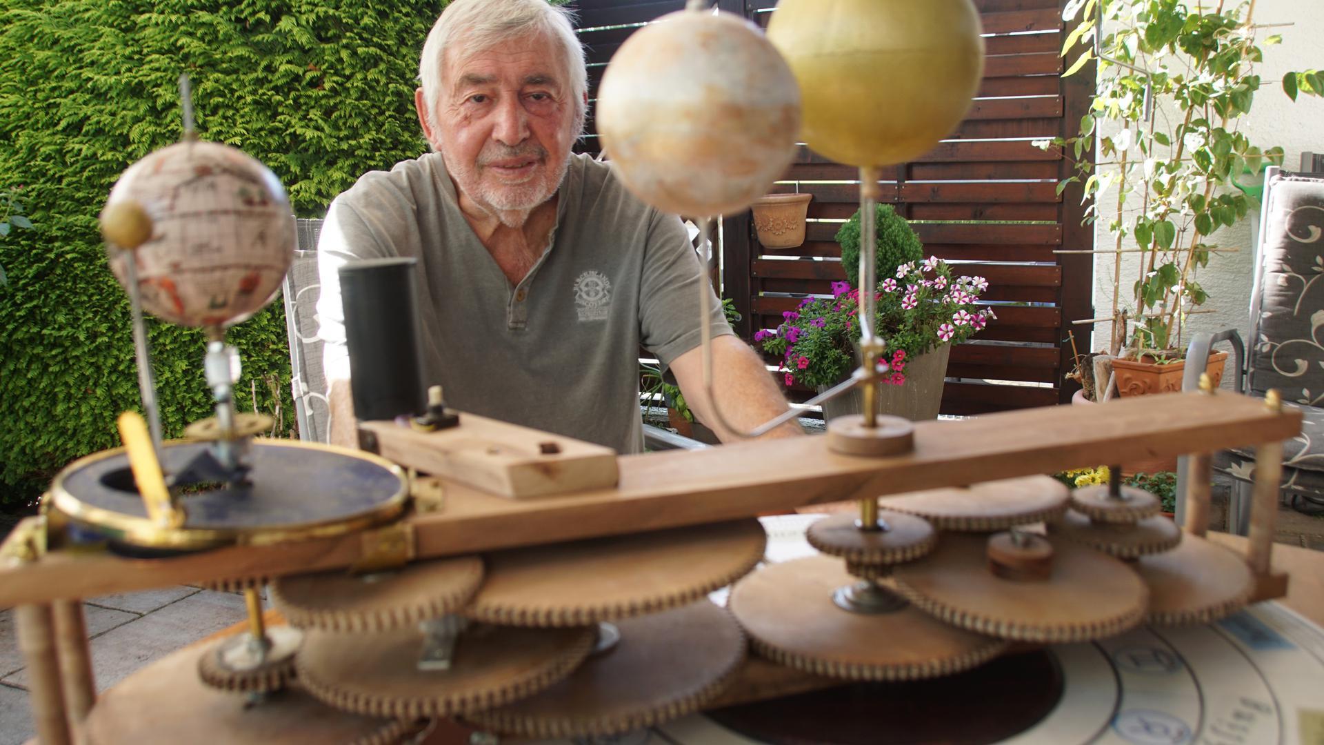 Lässt die Planeten wandern: Richard Bischoff aus Keltern hat ein Tellurium gebaut, das anzeigt, wie Sonne, Mond, Erde, Merkur und Venus zueinander stehen.