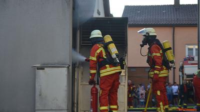 Die Feuerwehr löscht den Brand in einem Trafohäuschen in Kieselbronn.