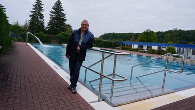 Frank Herm vom Campingplatz Stromberg ist besonders stolz auf den großen Swimmingpool mit seinen Features.