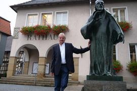Mann vor Rathaus