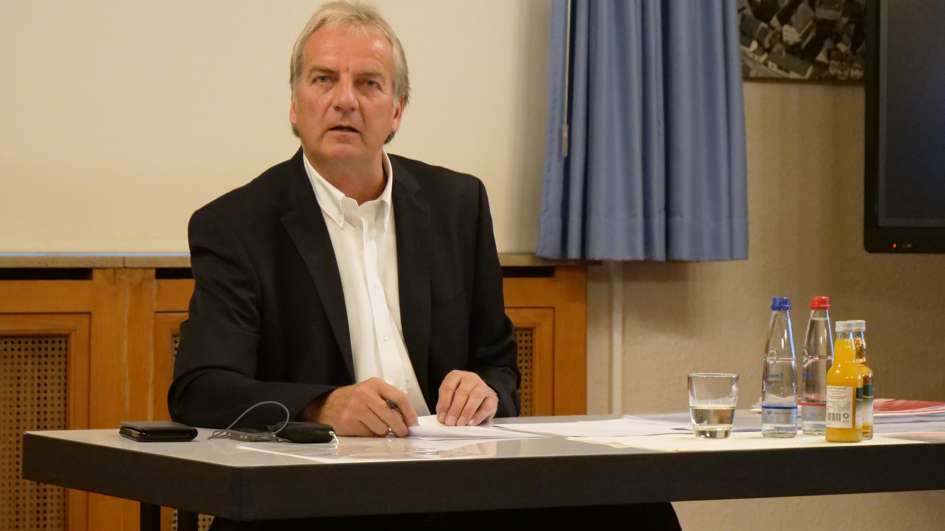 Hier verkündet Bürgermeister Heinz-Peter Hopp bei einer Pressekonferenz am Donnerstagmorgen im Beisein seiner Amtsleiter den Verzicht auf eine erneute Kandidatur