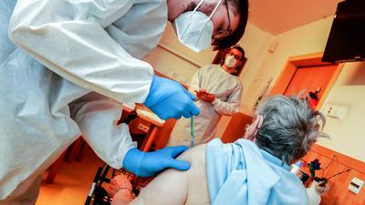 Frau mit Rollator wird geimpft