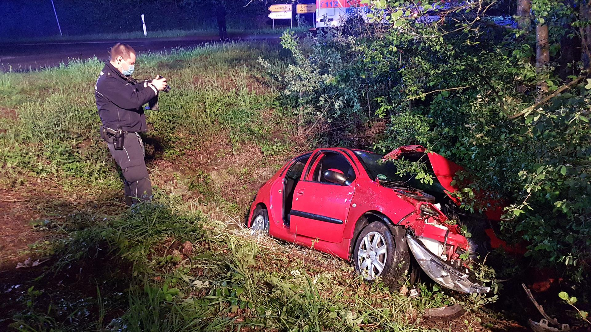 Polizei fotografiert Unfallfahrzeug