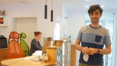 Kinderarzt Cuma Özmen mit seiner Mitarbeiterin Mandy Alfeo in der umgebauten Praxis.