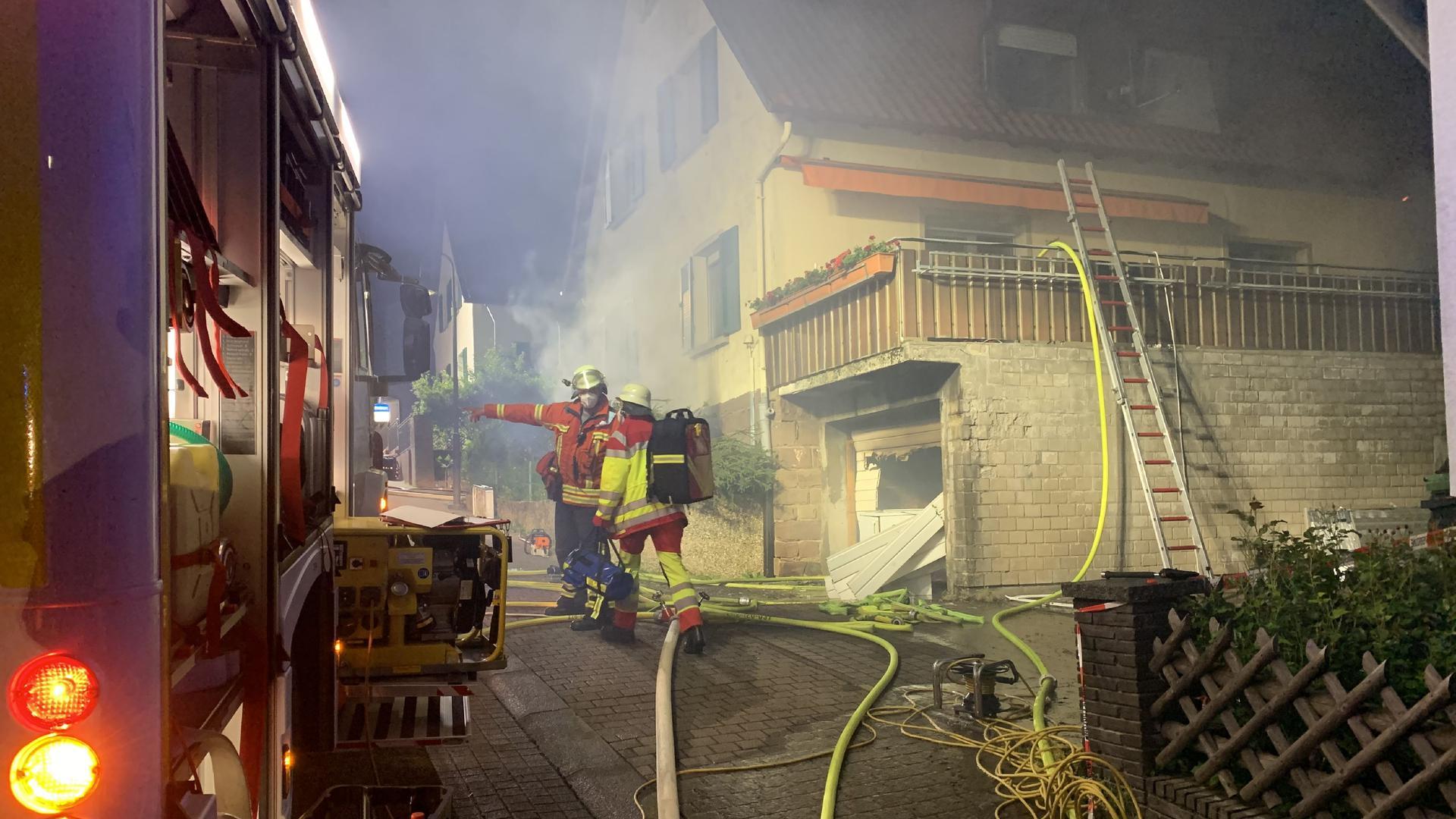 POL-Pforzheim: Brand im Keller eines Wohnhauses<br /> <br /> Koenigsbach-Stein/Enzkreis (ots) - Am Freitag, kurz nach Mitternacht, brach im<br /> Keller eines Einfamilienhauses in der Oberen Breitstrasse ein Brand aus. Der<br /> einzige Bewohner des Hauses, ein 82jaehriger Mann, konnte sich selbstaendig in<br /> Sicherheit bringen. Er wurde leicht verletzt, als er zunaechst versuchte das<br /> Feuer selbst zu loeschen. Die Brandursache ist derzeit unklar. Die Ermittlungen<br /> der Polizei dauern noch an. Der entstandene Sachschaden an dem Haus wird derzeit<br /> auf ca. 100 000 Euro geschaetzt. Die Loescharbeiten der Feuerwehr gestalteten sich<br /> aeusserst schwierig. Starke Rauchentwicklung und grosse Hitze machten es der<br /> Feuerwehr sehr schwer. Die Brandbekaempfung konnte nur unter dem Einsatz von<br /> schwerem Atemschutzgeraet durchgefuehrt werden. Das Haus ist derzeit nicht mehr<br /> bewohnbar. Der 82jaehrige kam bei Verwandten unter. Die Feuerwehren Koenigsbach,<br /> Stein, Remchingen und Pforzheim sowie der Rettungsdienst waren mit insgesamt 66<br /> Einsatzkraeften an dem Brandort. Die Polizei hatte vier Streifen im Einsatz.