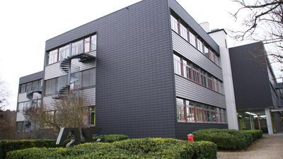Vierstöckiges Schulgebäude.