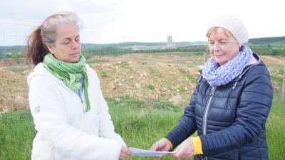 Christine Fischer und Linda Bahlo stehen vor dem Steinbruch Lugenberg.