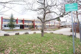 Schulhof mit Gebäuden.