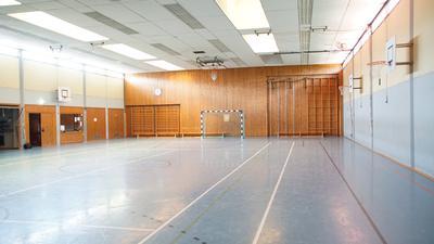 Das Innere einer Sporthalle.