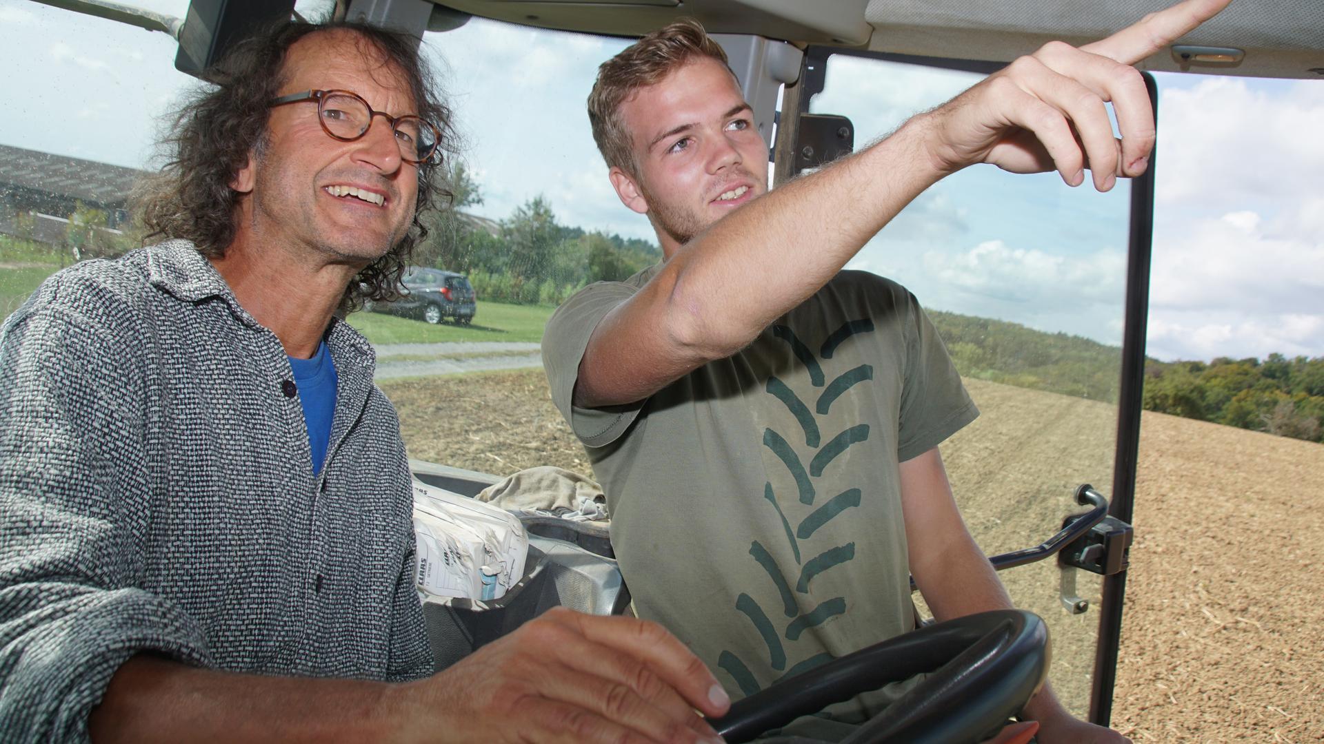 Stefan Roth (links) darf auch ins Führerhaus der großen Maschinen. Marius Ehrismann zeigt ihm alles.