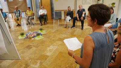 Angeregte Diskussion: Michaela Bruder freut sich, dass knapp 20 Bürger ins Königsbacher Rathaus gekommen sind, um Ideen für Patenschaften zu sammeln.