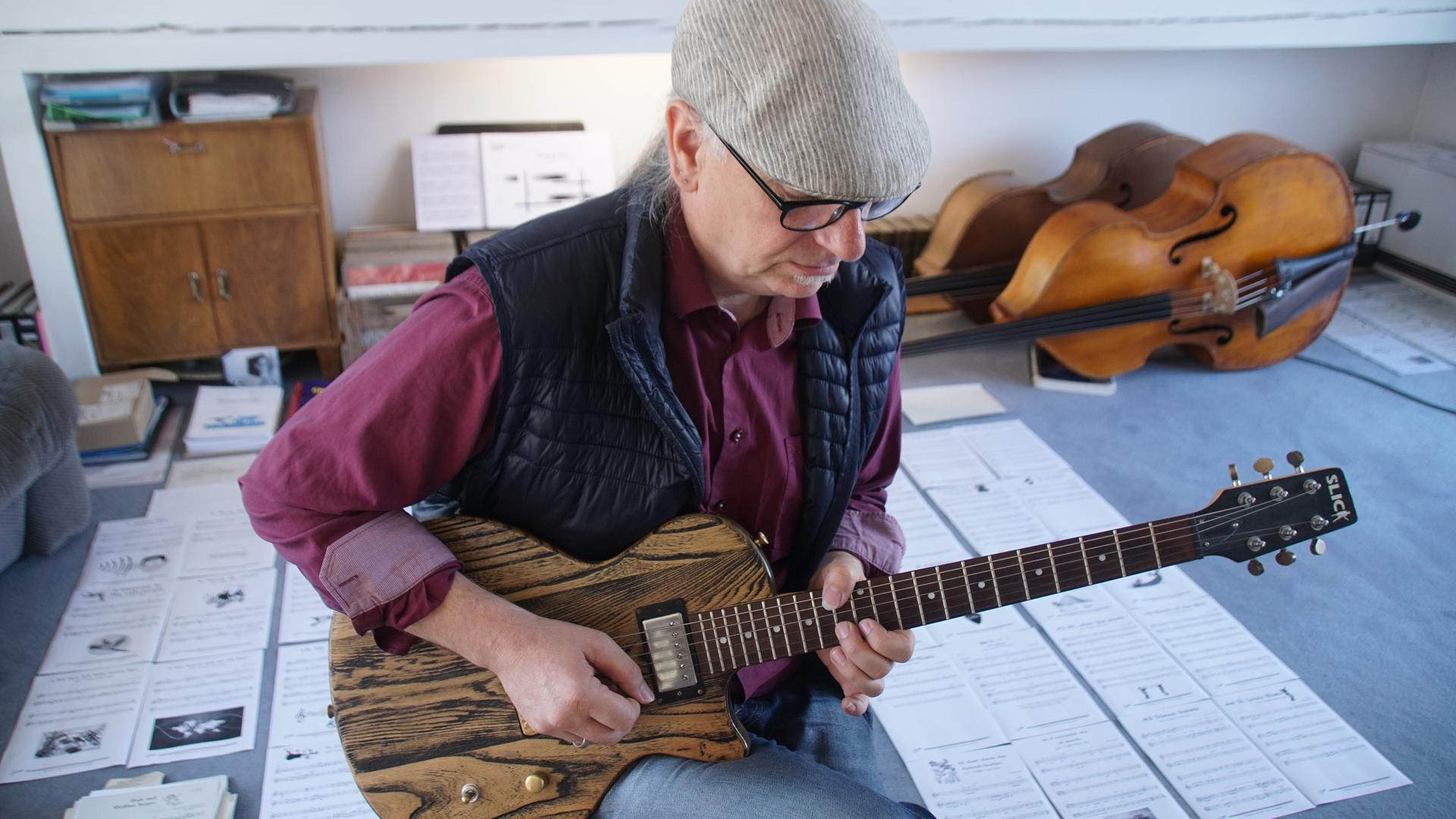Kreativer Kopf: Der Steiner Komponist Roman Rothen hat ein Buch für den Gitarren-Unterricht übers Internet geschrieben. Erhältlich ist es noch nicht, aber die Einzelseiten liegen schon in seinem Arbeitszimmer.