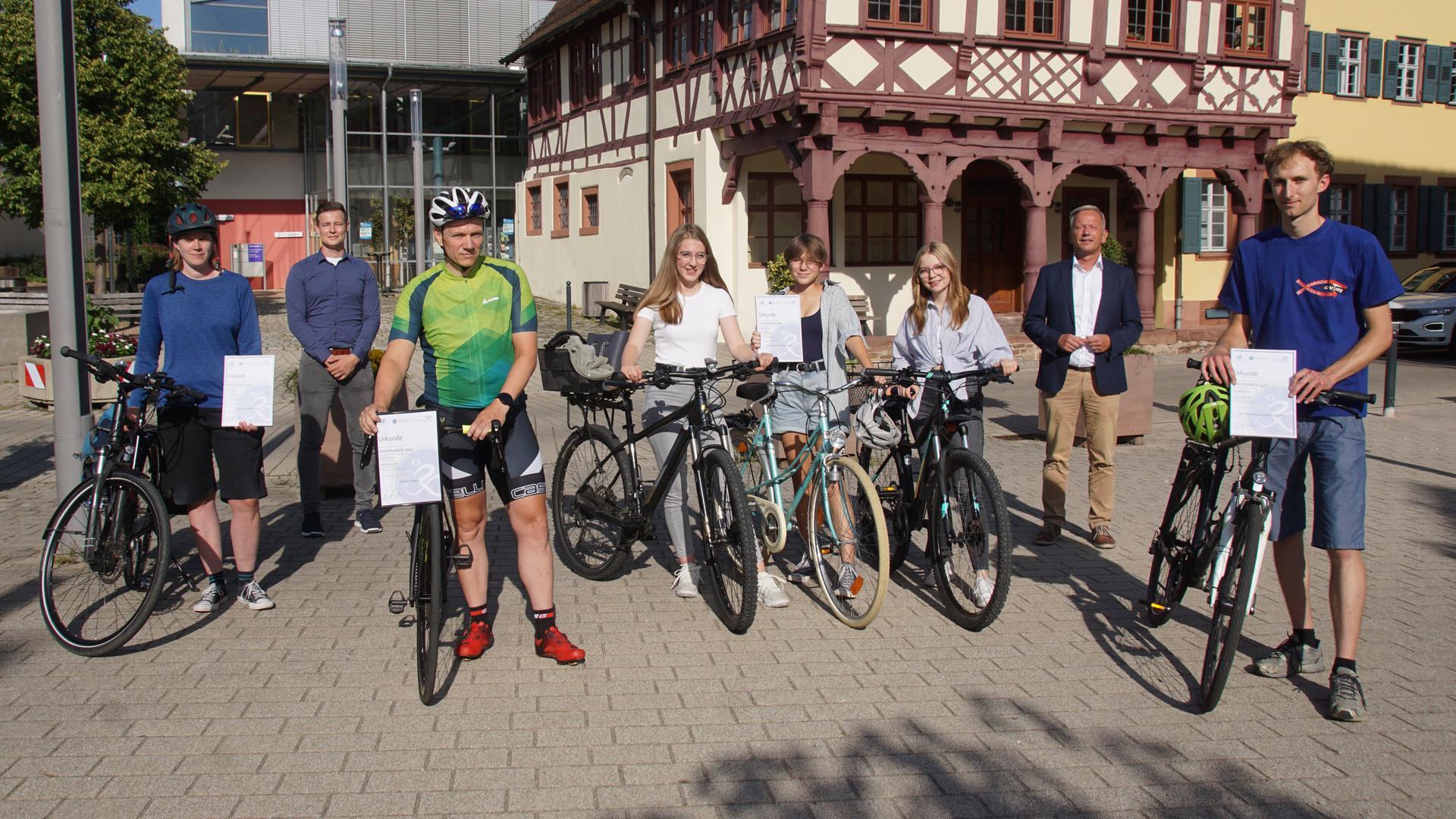 """Die Sieger: Hanna Hintze, Mario Kraus, Lara Bauch, Svenja Winkler und Raphaela Weißenrieder (""""Kichael Munzmanns"""") und Alexander Baier (vorne, mit Rad, von links) wurden von Heiko Genthner (rechts hinten) und Tobias Schindler ausgezeichnet."""