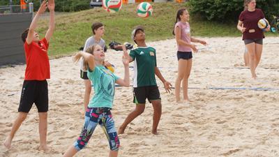 Auf die Bälle, fertig, los: Beim Volleyballcamp in Königsbach trainieren die Jugendlichen auch das Pritschen und den Aufschlag.