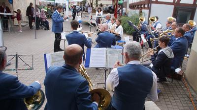 Schmissige Stücke: Der Steiner Musikverein spielt in der Bachgasse. Die Musiker freuen sich, wieder auftreten zu können.