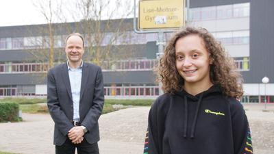 Hartmut Westje-Bachmann und Annika Nassal stehen vor dem Schulgebäude.