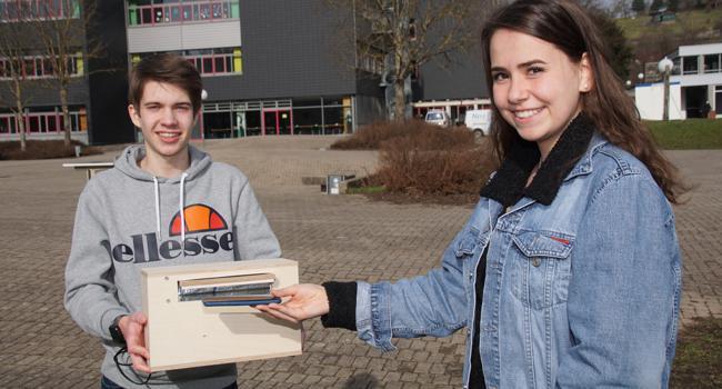 Saubere Sache: Wenn Lilian Metzger ihr Handy in die Box legt, die Jan Zimmermann hält, dann dauert es nur drei Sekunden, bis es mit Hilfe von UV-Strahlung desinfiziert ist.