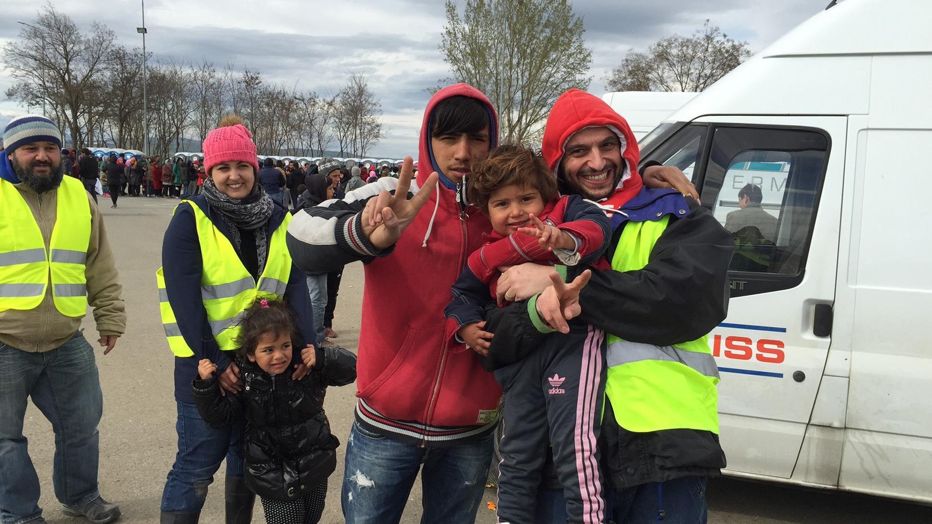 """Viel Dankbarkeit erlebt: Die Mitglieder von """"Maulbronn hilft"""", hier mit Gründer Theofanis Morkotinis (rechts), haben 2016 viele Hilfsgüter ins Flüchtlingslager in Idomeni transportiert. Momentan konzentrieren sich die Vereinsmitglieder eher auf Hilfsaktionen in der Region."""