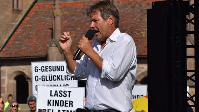 Robert Habeck in Maulbronn, im Hintergrund Demonstranten